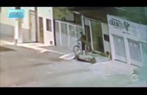 Câmeras de segurança flagram roubo de bicicleta
