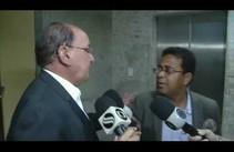 Deputado estadual afastado Augusto Bezerra faz questionamento na saída do TJ
