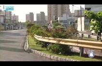 Lixo e entulhos são jogados ao lado do canal na Avenida Anísio Azevedo