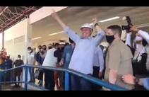 Bolsonaro cumprimenta apoiadores no aeroporto de Aracaju