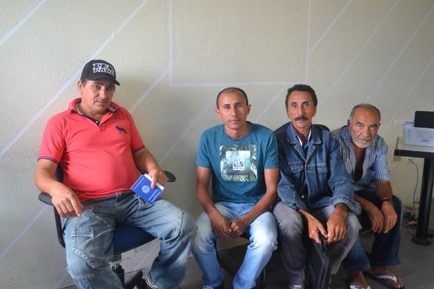 Amigos e familiares aguardam aflitos a liberação do corpo Foto: Samara Fagundes / A8SE