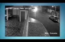 Câmeras de segurança flagram assalto no Bairro Jabotiana