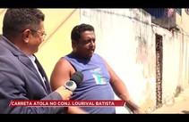 Carreta fica atolada no conjunto Lourival Batista