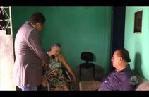 Gilmar Carvalho visita senhora que há três anos luta por cirurgia no pé